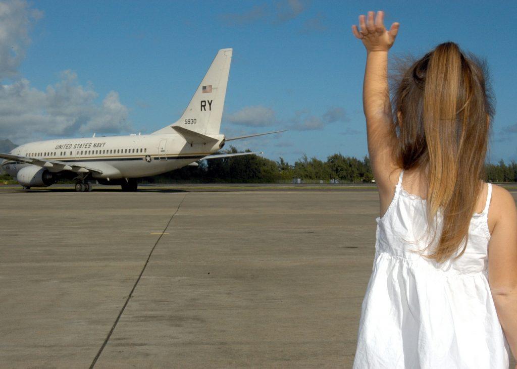 ילדה ומטוס